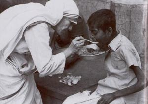 mother-teresa-feeding